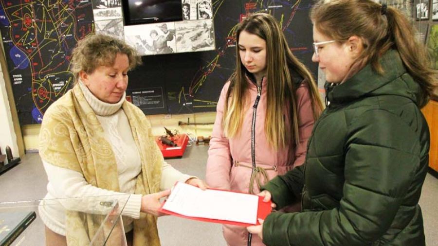 Ученица обнинской 11-й школы официально получила портфель экскурсовода