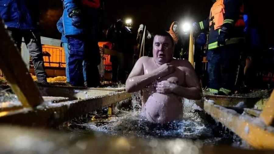 Под сотню человек вчера окунулись в прорубях Обнинска