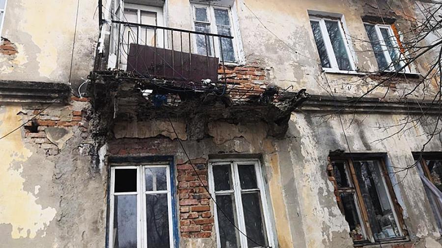 В Малоярославце собрались потратить деньги фонда капремонта на латание крыши, по сути, непригодного для жизни дома