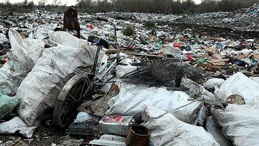 Никто не знает, что делать с закрытым мусорным полигоном в Ерденево. А он дымит
