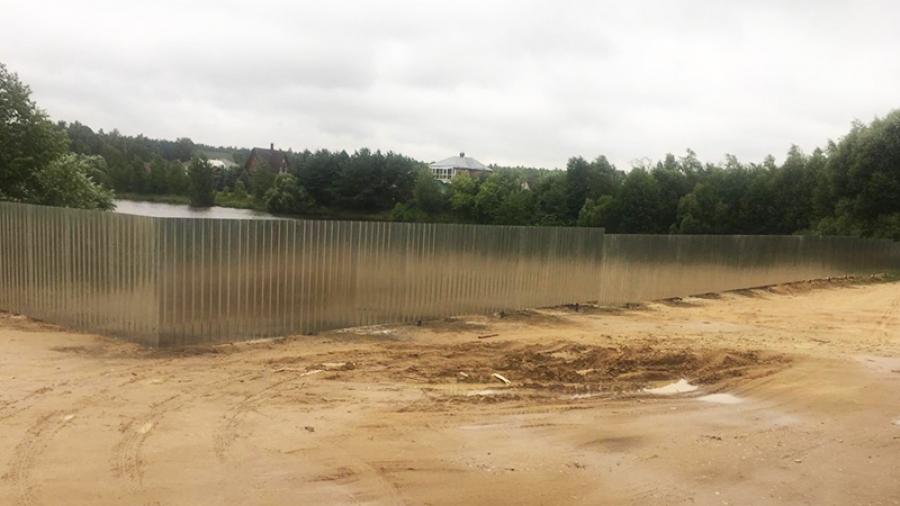В Жуковском районе деревенский пруд огородили железным забором. Жители забили тревогу.