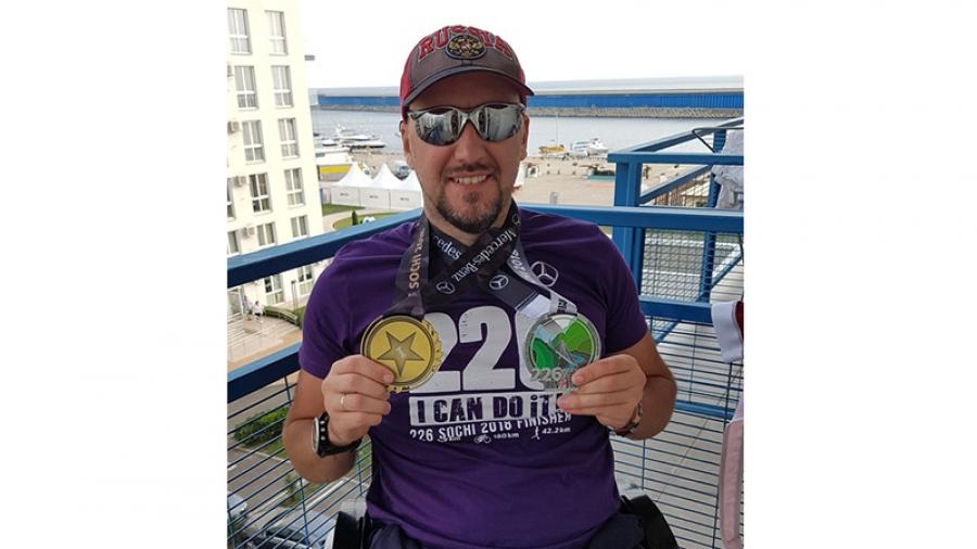 Инвалида-колясочника Артема Воробьева, который выиграл невероятно тяжелый триатлон Ironman, поздравляет весь Обнинск