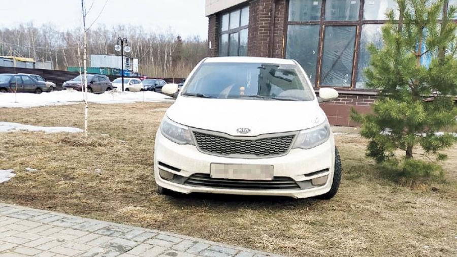 С началом весны в Обнинске каждую неделю выписывают по полсотни штрафов за парковку машин на газонах