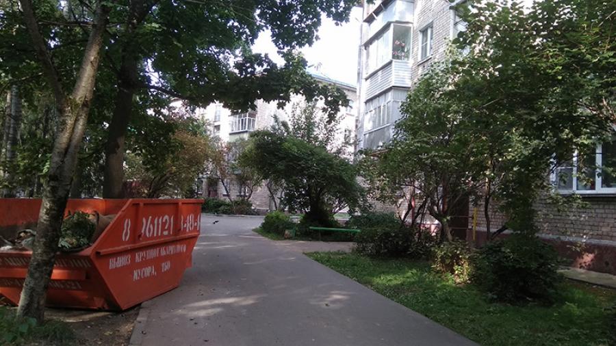 Мусорка прямо напротив обнинского подъезда