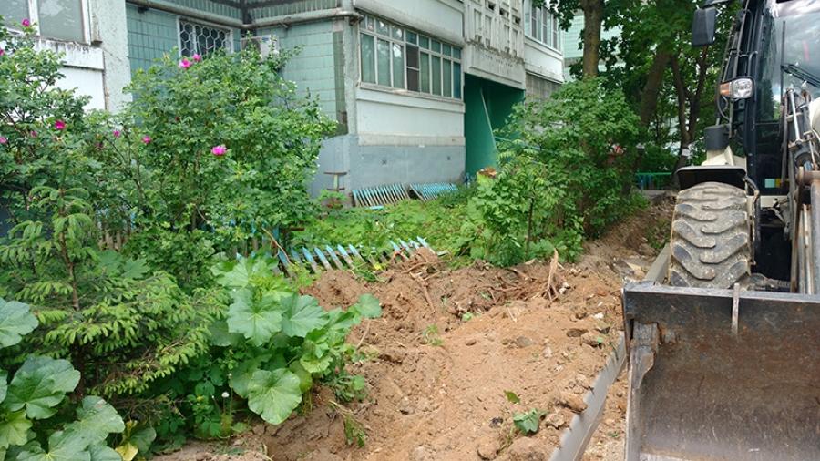 Жители обнинского дома в шоке от благоустройства своей придомовой территории: деревья вырубили, цветники запахали…