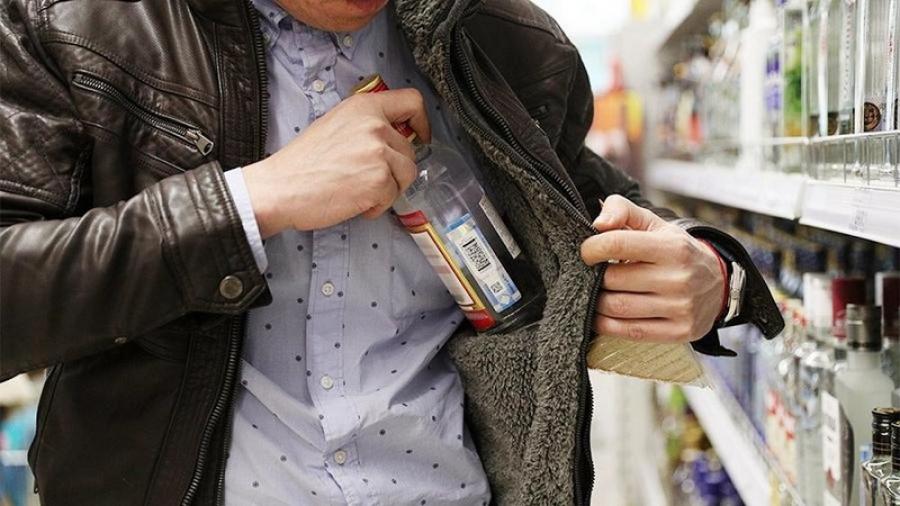 В Боровском районе мужчины украли алкоголь из магазина три раза подряд