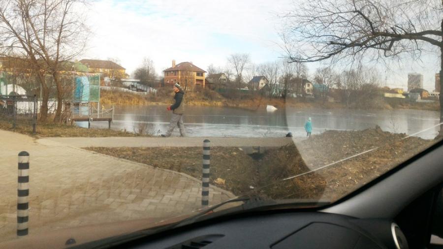 На городских водоемах сейчас очень тонкий лед, но людей не пугают предупреждения спасателей