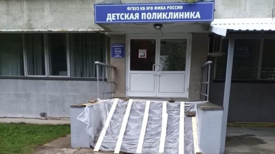 До конца недели в детской поликлинике на пр. Ленина должны отремонтировать «чистый» вход