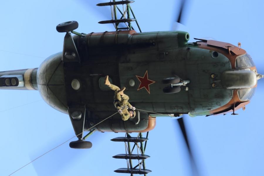 Инструкторы Росгвардии продемонстрировали навыки беспарашютного десантирования на аэродроме Ермолино