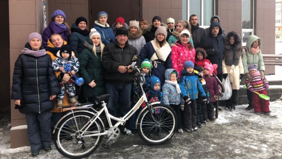 «Дворник Печкин»: жители Обнинска подарили своему дворнику велосипед