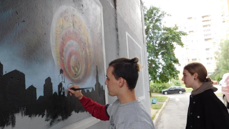 Обнинский художник украшает арку на ул. Гагарина, 2