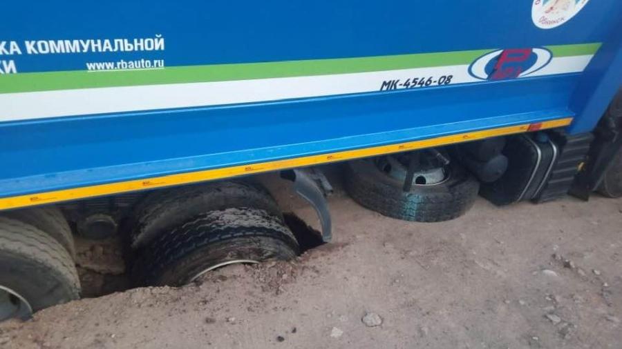 """Мусоровоз """"Спецавтохозяйства Обнинск"""" провалился в дорожную яму"""
