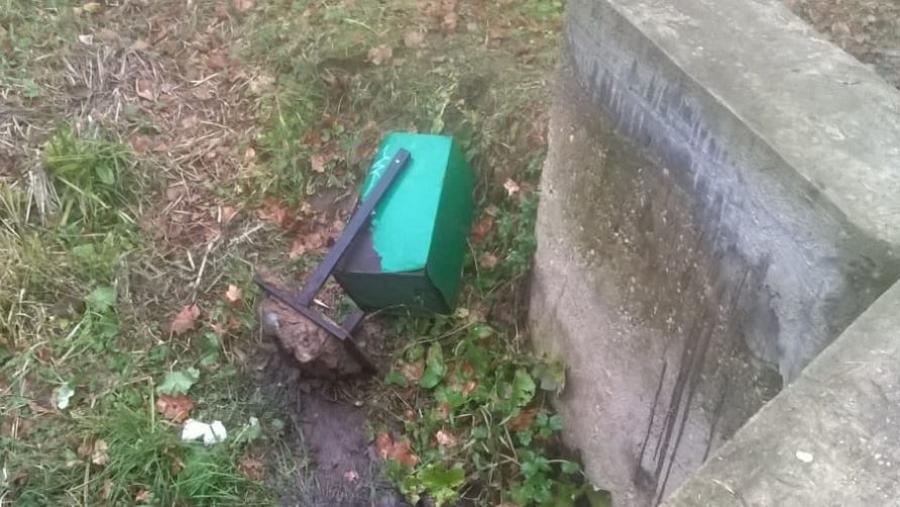В парке усадьбы Белкино вандалы вырвали урны для мусора вместе с креплениями