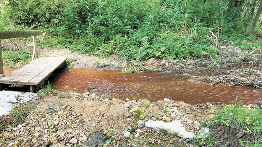 Вода в притоке Протвы вновь окрасилась в красный цвет