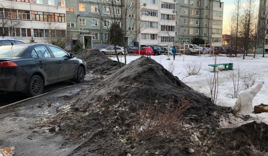В Обнинске грязный снег с дороги переместили на детскую площадку