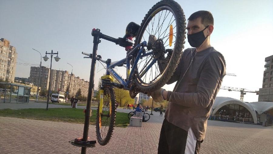 На улице Лейпунского проходит акция по бесплатному ремонту велосипедов