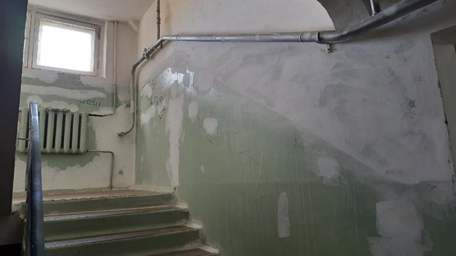Всего один житель многоквартирного дома может подписать управляющей компании акт приемки работ по текущему ремонту для всего здания. И да, это законно