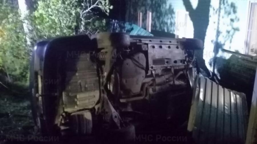 В Боровском районе иномарка врезалась в жилой дом