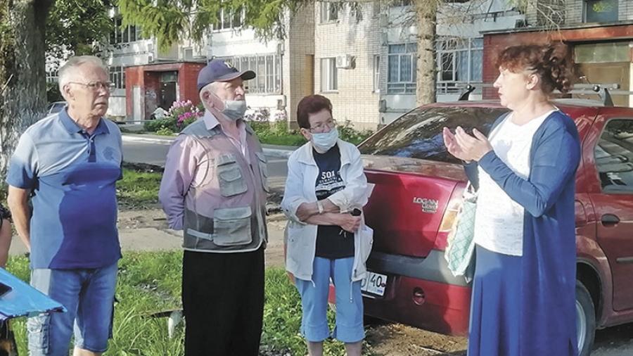 Депутат Горсобрания Алла Косинская провела собрание жителей Аксенова, 15, решивших расширить парковку