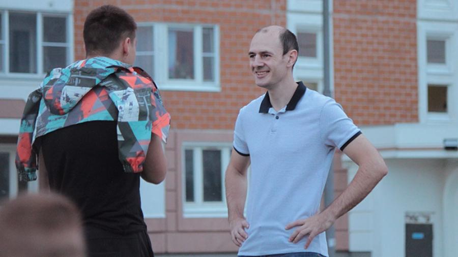 Председатель ТОС «Заовражье» Павел Урожаев намерен заменить во дворе СУ-155 опасное покрытие на детской площадке