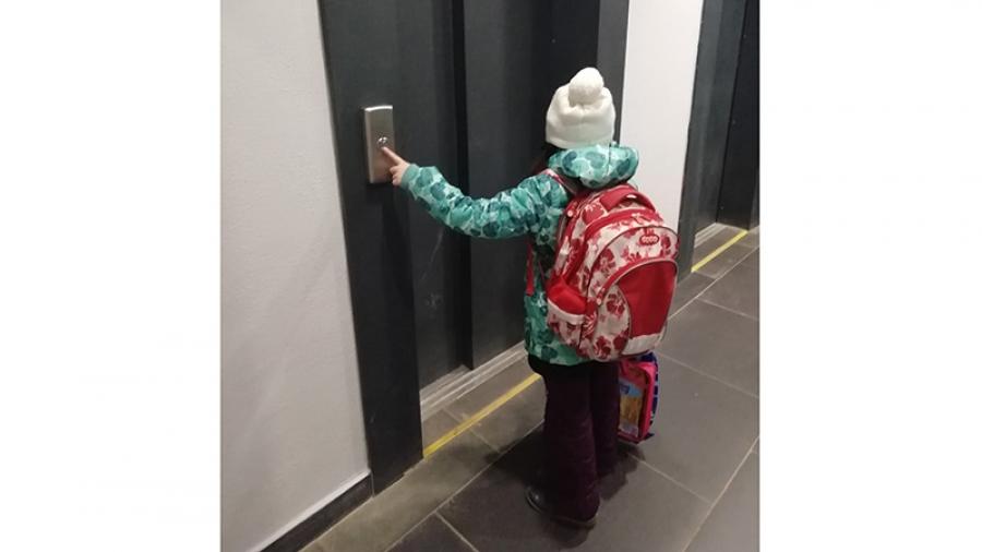 Жители 22-этажной обнинской новостройки из-за неработающих лифтов вынуждены подниматься к квартирам пешком