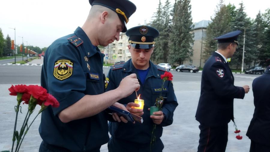 В четыре утра в Обнинске к Вечному огню возложили цветы и свечи