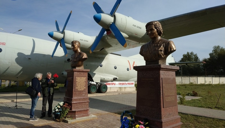 В Балабаново у самолета АН-12 установили памятники еще двоим авиаторам