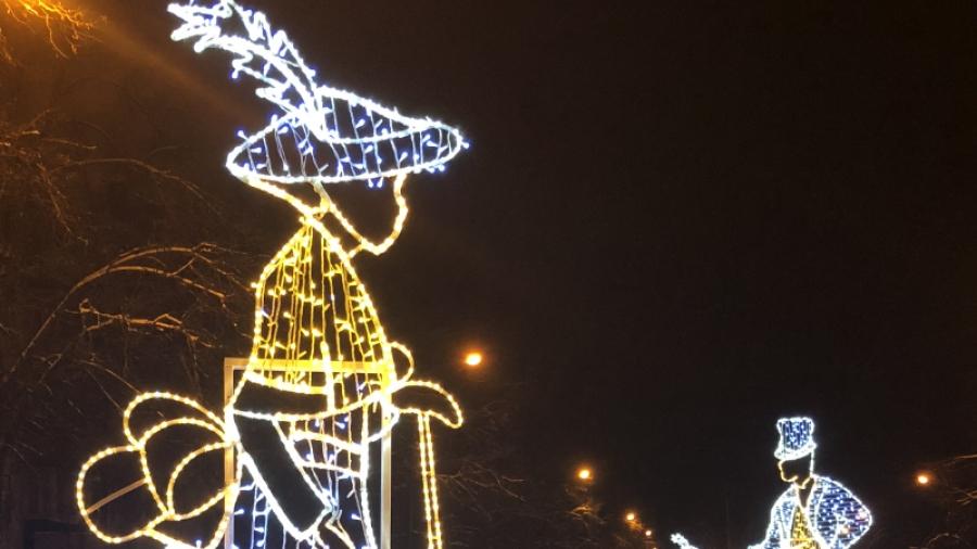 Обнинск украшают к Новому году: на новой елке на площади Преображения - 650 шаров!