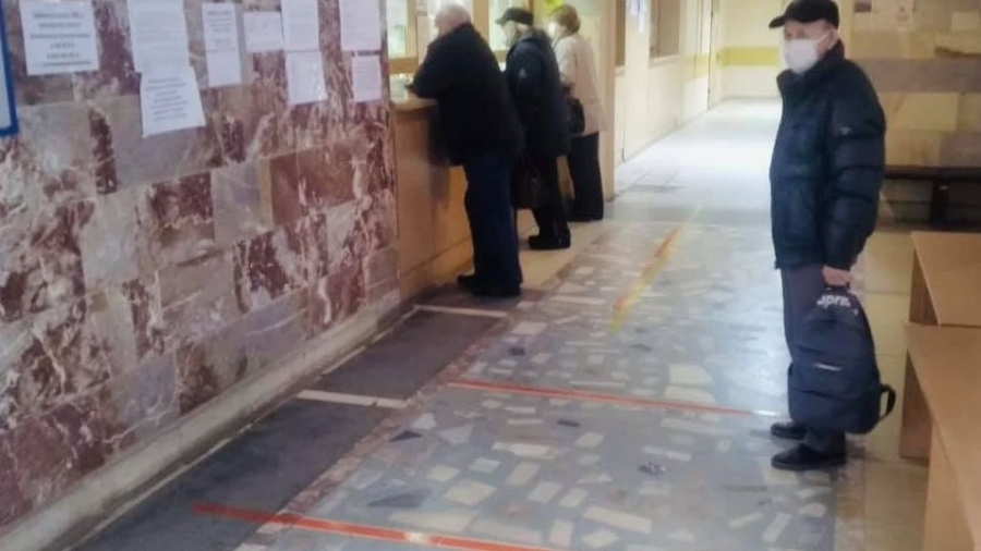 В обнинской поликлинике обозначили безопасную дистанцию для пациентов