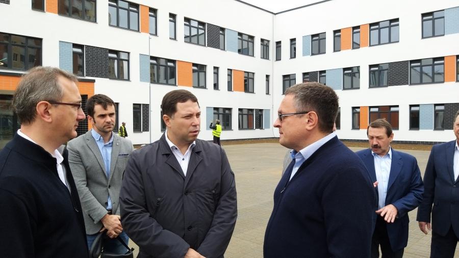 В 17-й школе Обнинска уже работает освещение, ведутся благоустроительные работы