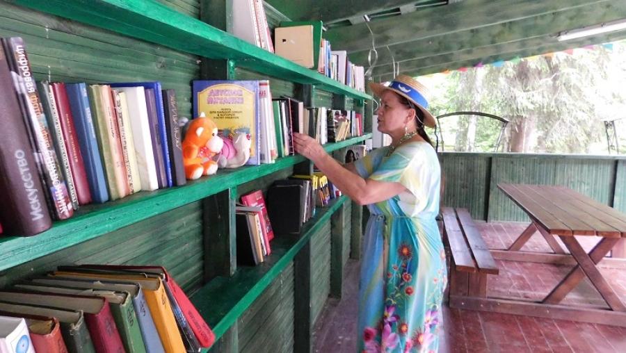 В городском парке открылась летняя читальня