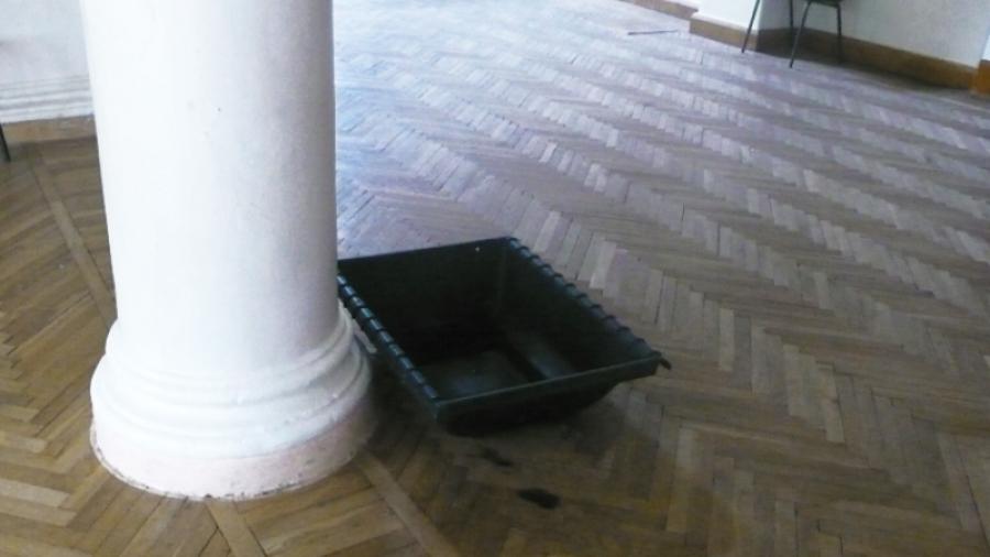 Пока в обнинском ДК ФЭИ вода с крыши течет прямо в фойе, его директор отдыхает в очередном отпуске