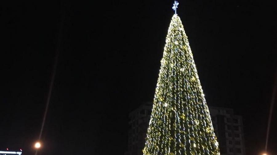 Власти Обнинска просят не снимать новогодних украшений с городских елок
