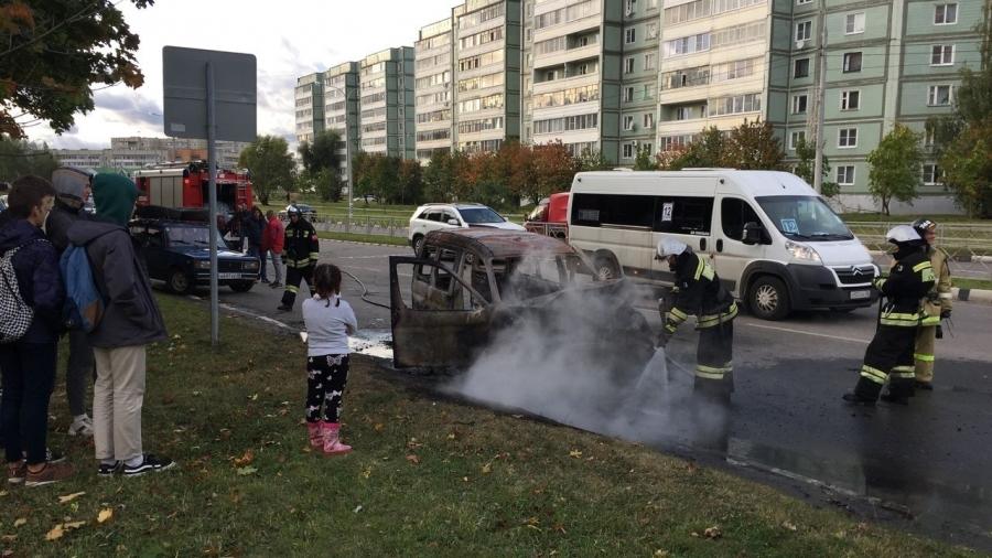 В Обнинске по ул.Гагарина средь бела дня сгорел автомобиль