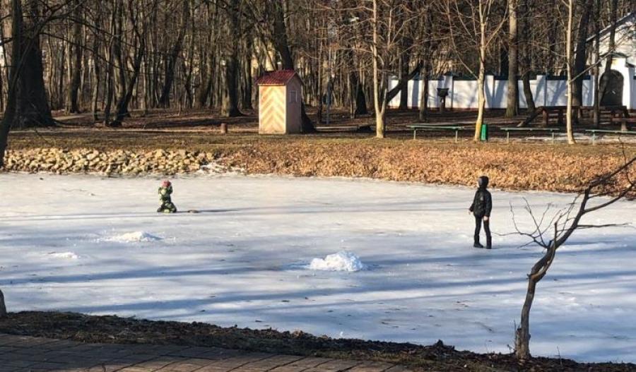 Безответственная обнинская бабушка отправила детей играть на лед