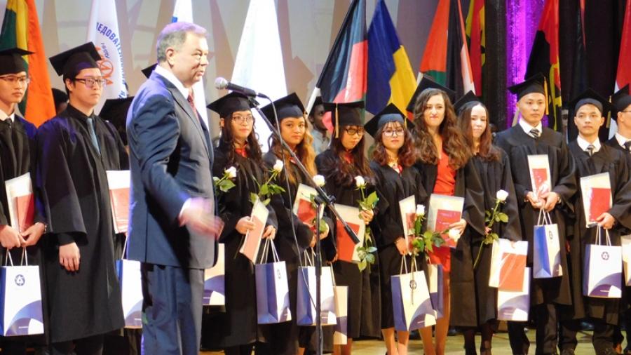 В ИАТЭ вручили дипломы первым выпускникам из Турции и Монголии