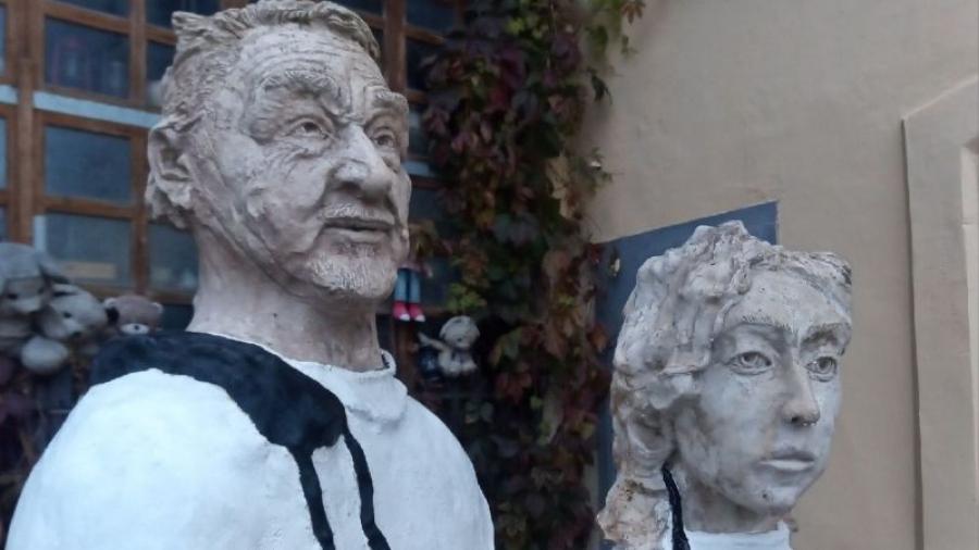 В Калуге у памятника доктору установили скульптуру его помощницы