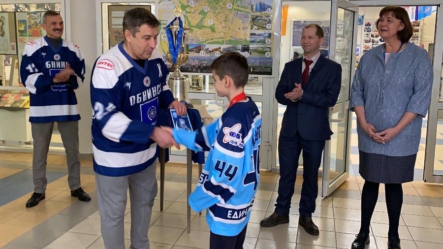 Обнинские ветераны хоккея передали легендарный кубок Музею спортивной славы города