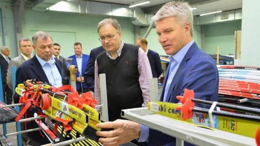 Анатолий Артамонов предложил снабдить все школы региона лыжами балабановской фабрики