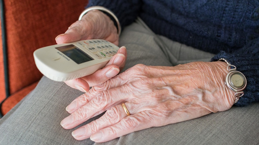 Обнинская пенсионерка возмутилась, когда обнаружила в своем мобильнике «навязанные» платные услуги