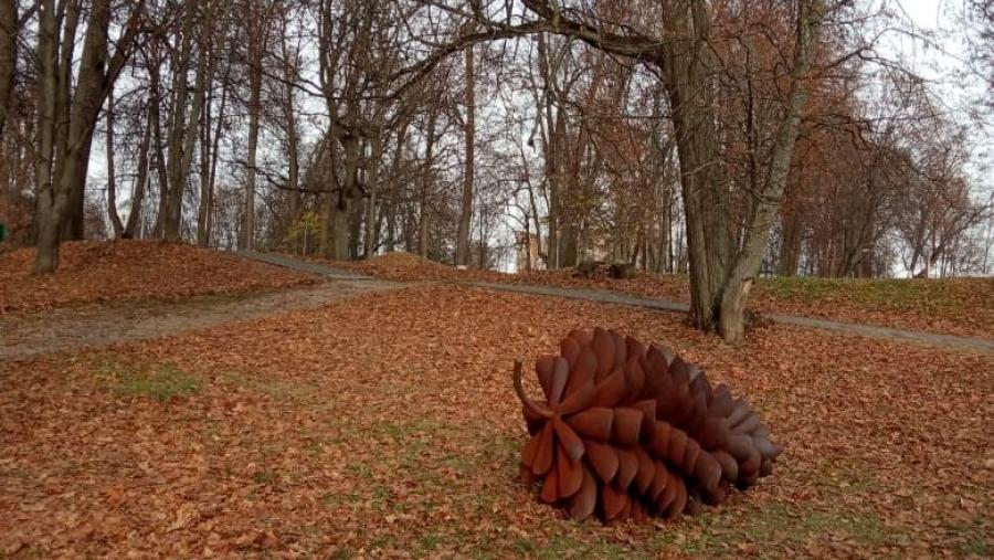 В парке усадьбы Белкино установили гигантскую декоративную стальную шишку