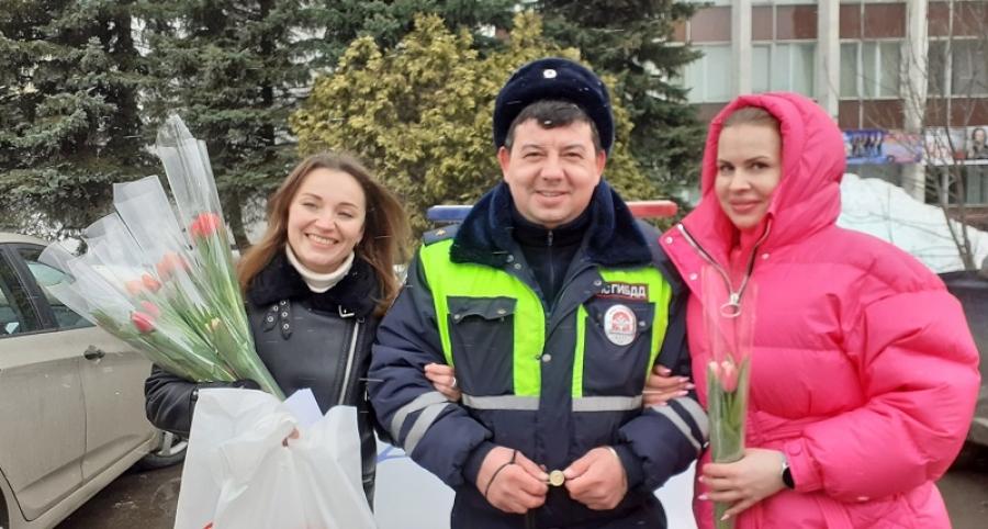 Инспекторы ГИБДД поздравили обнинских автоледи с наступающим 8 марта