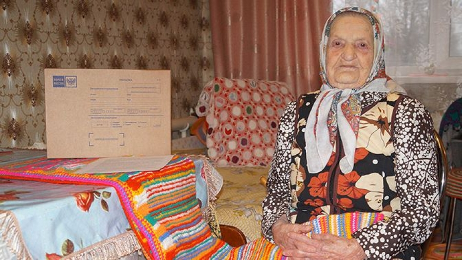 105-летняя бабушка из Калужской области подарила президенту коврик