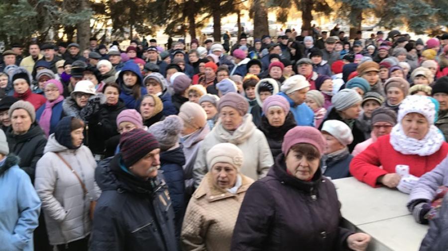 Несколько сотен человек пришли к поликлинике в Кременках, чтобы заявить о своем несогласии со слиянием с Жуковской ЦРБ