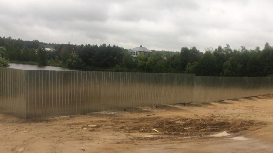 В Жуковском районе деревенский пруд обнесли железным забором