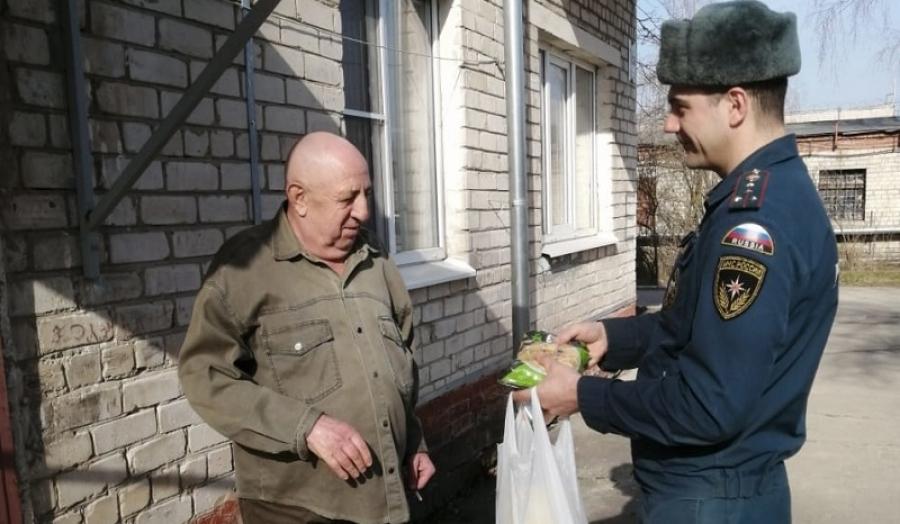 Сотрудники областного МЧС помогают с доставкой продуктов ветеранам ведомства