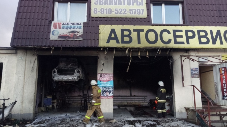 В Малоярославце сгорел автосервис вместе с иномаркой в нем