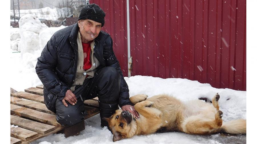 Одинокий дедушка 83 лет был в отчаянии: после пожара он в буквальном смысле оказался на улице