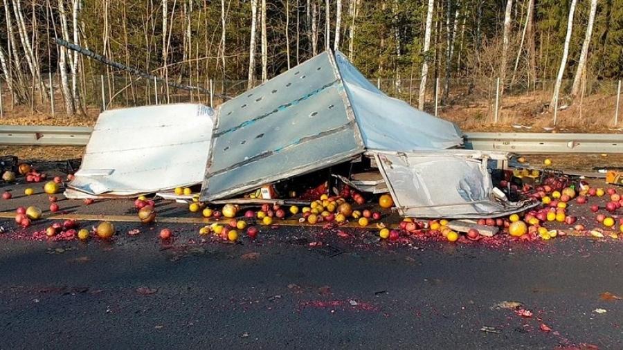 Киевское шоссе засыпало фруктами при ДТП