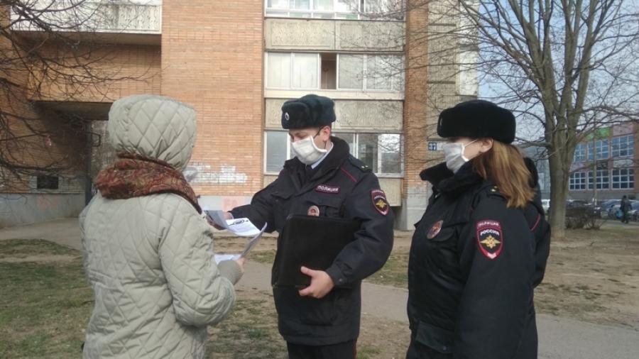 Обнинские полицейские продолжают во время патрулирования напоминать жителям о необходимости соблюдать режим самоизоляции